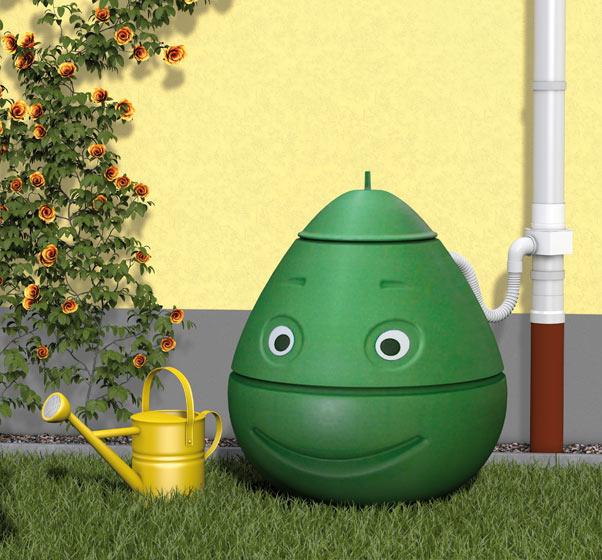Grüne lächelnde Regenwassertonne von WISY, niedlich und umweltfreundlich