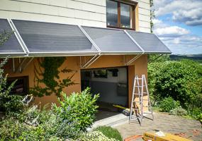Sonnenkollektoren von Topsolar als Überdach